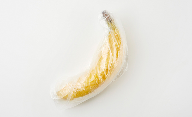 バナナをポリ袋に入れる