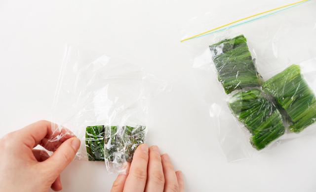 ほうれん草をラップに包む写真