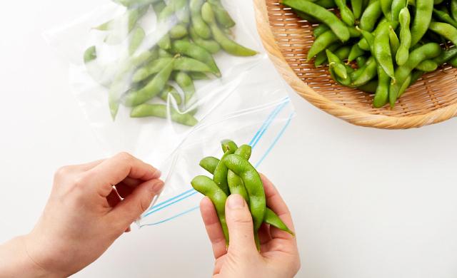 ゆでた枝豆を保存袋に入れる写真
