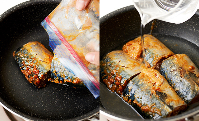 冷凍さばをフライパンに入れる写真/水を加える写真