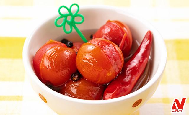 ピックが添えられたミニトマトのピクルスの写真