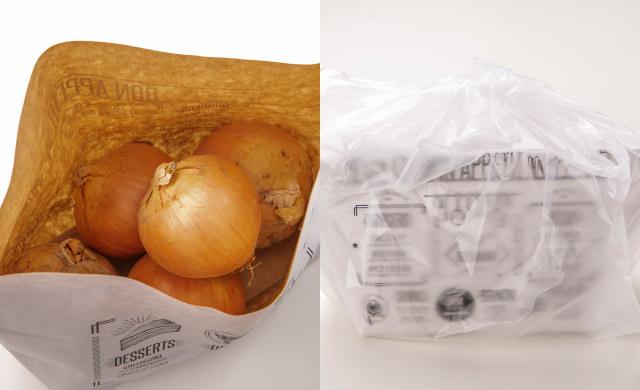 紙袋に玉ねぎを入れた写真(左)玉ねぎを紙袋に入れ、さらにポリ袋に入れて口を結んだ写真(右)