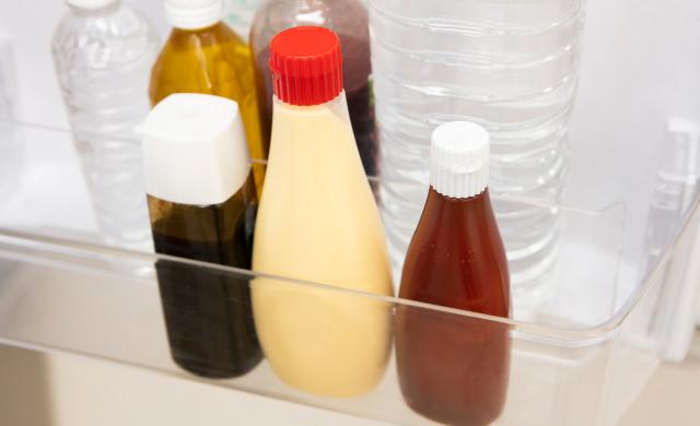 冷蔵庫のドアポケットに入っているマヨネーズの写真
