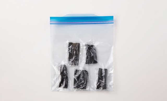 5cm幅に切ってラップで包み、保存袋に入れた昆布の写真