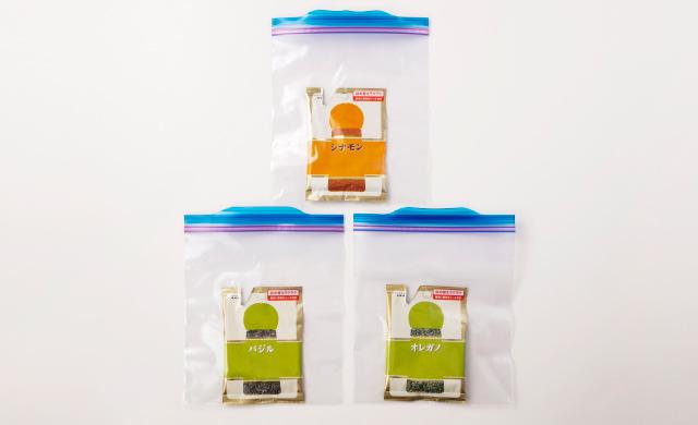 袋入りの乾燥スパイス(シナモン、バジル、オレガノ)を冷凍用保存袋に入れた写真