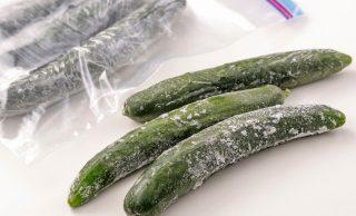 冷凍したきゅうりと保存袋に入れた冷凍きゅうりの写真