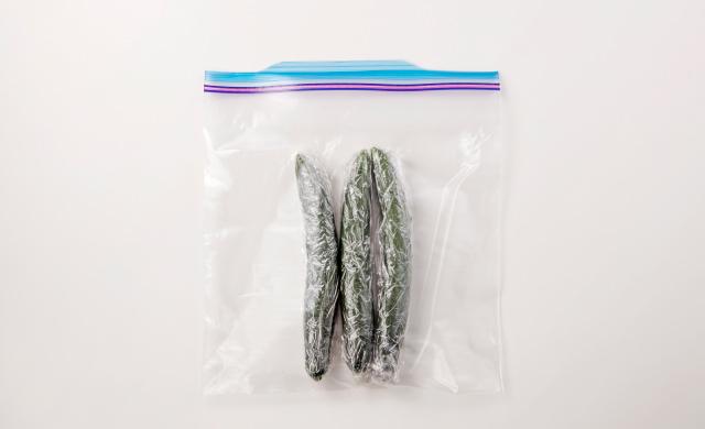 ラップに包んだきゅうりを冷凍用保存袋に入れた写真