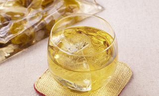 保存袋に入った冷凍梅の梅シロップと梅シロップの炭酸割りの写真