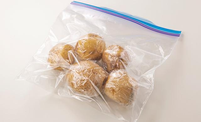 1個ずつ丸ごとラップに包んで冷凍用保存袋に入れたじゃがいもの写真