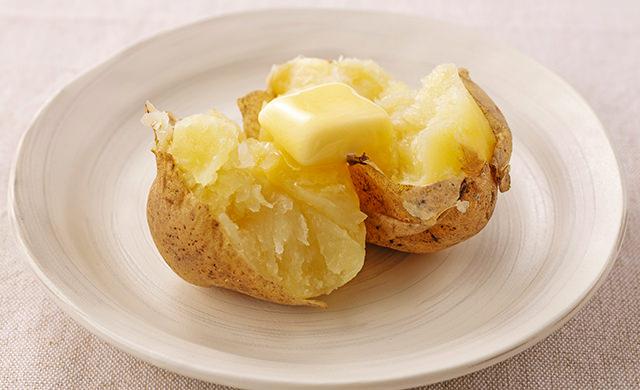 皿に盛ったレンチンじゃがバターの写真
