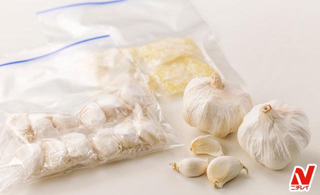 丸ごとと皮ごとバラバラにした生のにんにく、ラップで包んで冷凍用保存袋に入れた皮ごと冷凍にんにく、みじん切りにしてラップに包んで冷凍用保存袋に入れた冷凍にんにくの写真