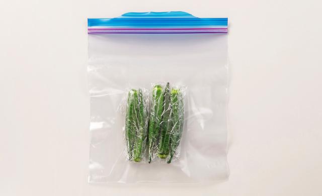 ゆでオクラをラップで包み、冷凍用保存袋に入れた写真