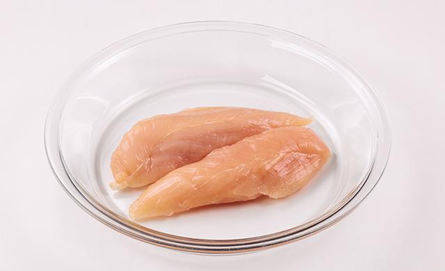 耐熱皿に鶏ささみ肉2本をのせた写真
