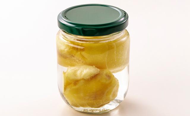 水を入れた保存瓶に入れた生姜の写真