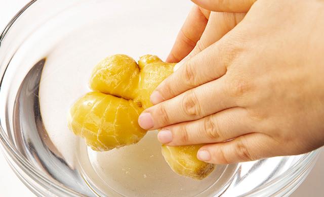 生姜を水で洗っている写真