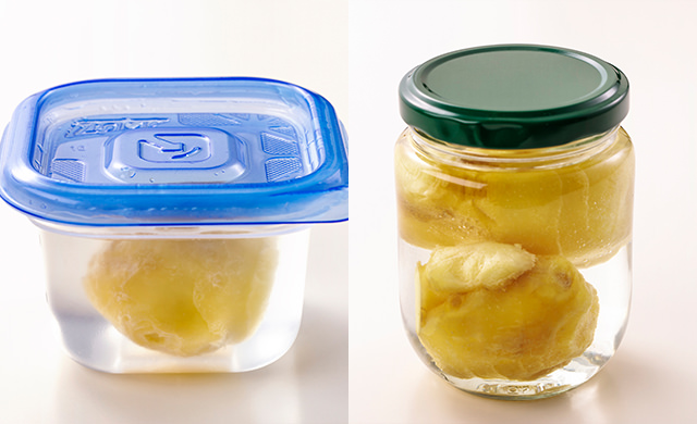 水を入れた保存容器に入れた生姜の写真/水を入れた保存瓶に入れた生姜の写真