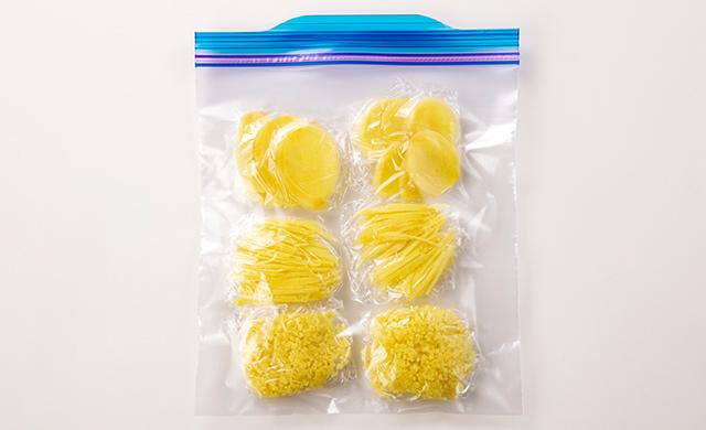 薄切り、千切り、みじん切りにした生姜をラップで包んで冷凍用保存袋に入れた写真