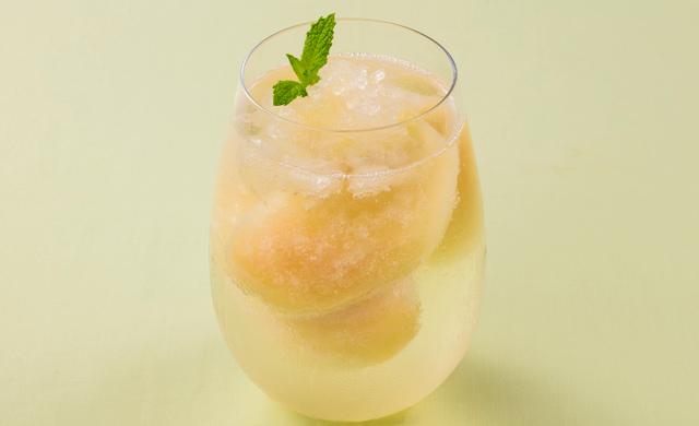 桃の炭酸ジュースの写真