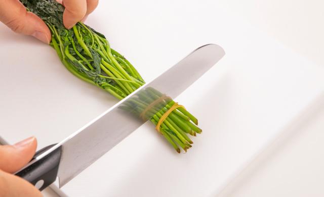 茎のかたい部分を切り落としている写真