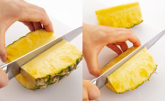 半分に切ったパイナップルの実の面を上にして横に倒し、縦2等分に切っている写真(左)縦2等分に切ったパイナップルをさらに縦2等分に切っている写真(右)