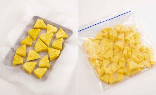 オーブンシートを敷いた金属バットにのせた冷凍カットパインの写真(左)冷凍用保存袋に入れたカットパイン写真(右)
