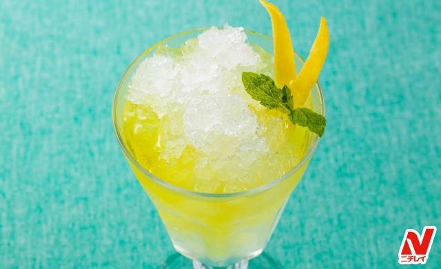 冷凍した焼酎に炭酸水とレモンの皮を焼酎につけたリモンチェッロを入れ、レモンの皮とミントをトッピングした写真