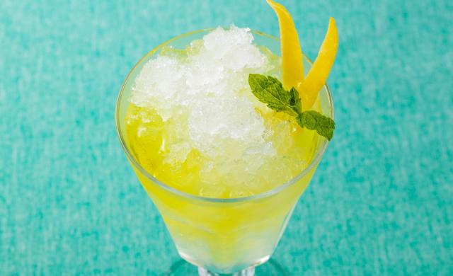 冷凍した焼酎に炭酸水とレモンの皮を入れた写真