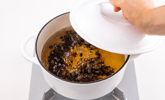 タピオカをゆでている鍋の蓋をしめるところの写真