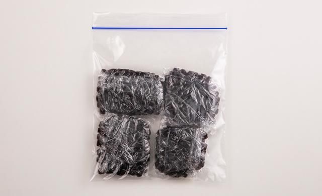 ゆでて砂糖をまぶしたタピオカをラップで包んで小分けにし、冷凍用保存袋に入れた写真