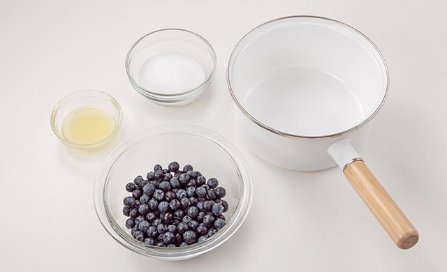 材料写真:鍋で作るブルーベリージャム