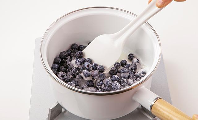 鍋に材料を入れ、へらで混ぜているところ