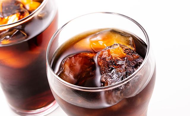 アイスコーヒーに入った氷の写真