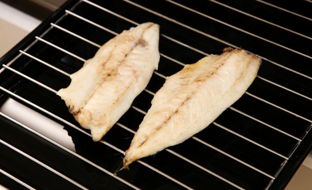 魚焼きグリルでアジを焼いている写真