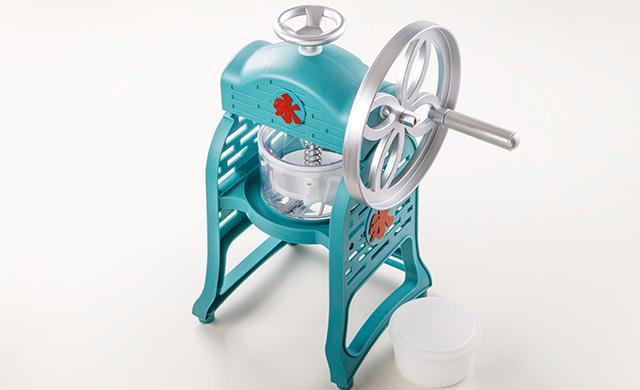 かたまり氷のかき氷機と付属の製氷カップの写真
