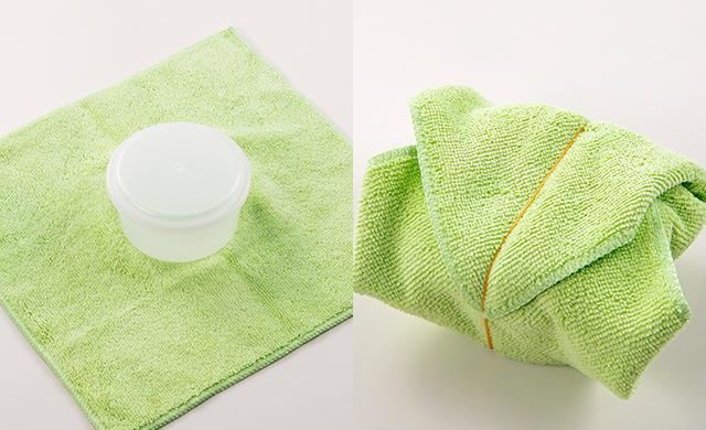 ふたつきの製氷カップの下に巻くタオルを敷いた写真/ふたつきの製氷カップにタオルを巻いて輪ゴムでとめた写真