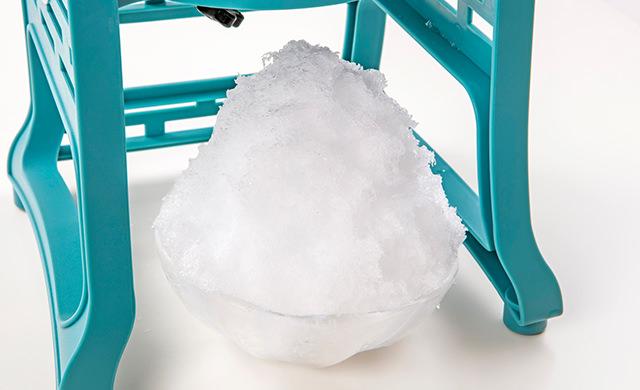 三角形に盛りつけたかき氷の皿盛り写真