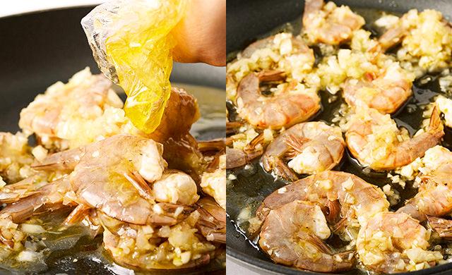 フライパンにガーリックソースに漬けこんだエビを入れている写真(左)ガーリックソースに漬けこんだエビをフライパンに広げ入れ、強めの中火で焼いている写真(右)