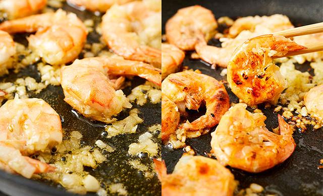 エビの殻の切れ目が割れている写真(左)エビの殻の切れ目が割れて、菜箸で裏返している写真(右)