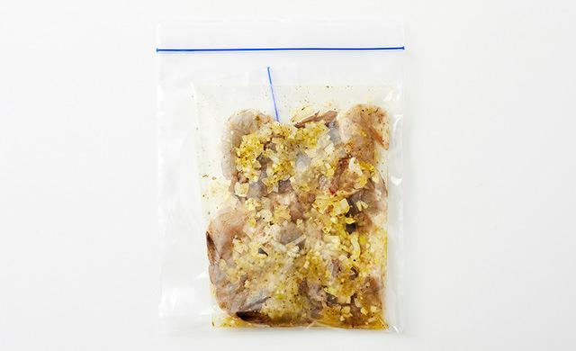 冷凍用保存袋にガーリックソースに漬けたエビをいれて、さらに冷凍用保存袋で2重にして入れた写真