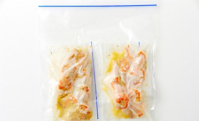 焼いたガーリックシュリンプを小分けにして冷凍用保存袋に入れ、さらに冷凍用保存袋に入れた写真