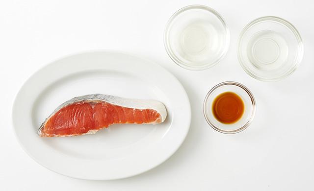 鮭の切り身1切れ、酒、みりん、しょうゆの写真