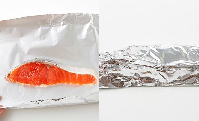 鮭をアルミホイルで包んでいる写真(左)アルミホイルに包んだ鮭の写真(右)