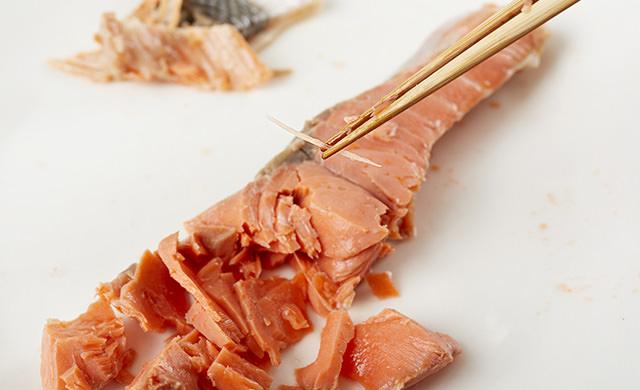 鮭の骨と皮を外している写真