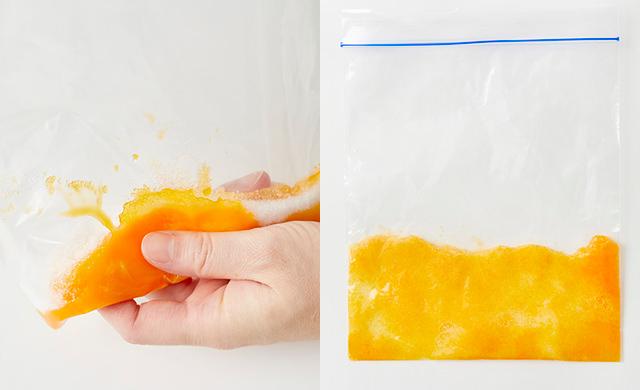 冷凍用保存袋に卵黄と砂糖を入れてもんでいる写真(左)冷凍用保存袋に卵黄と砂糖を入れてもんだ写真(右)
