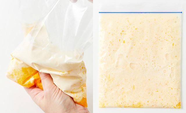 卵黄と砂糖を入れてもんだ冷凍用保存袋に、牛乳と生クリームとバニラエッセンスを入れて手でもんでいる写真(左)卵黄と砂糖を入れてもんだ冷凍用保存袋に、牛乳と生クリームとバニラエッセンスを入れてもんで平らにした状態の写真(右)