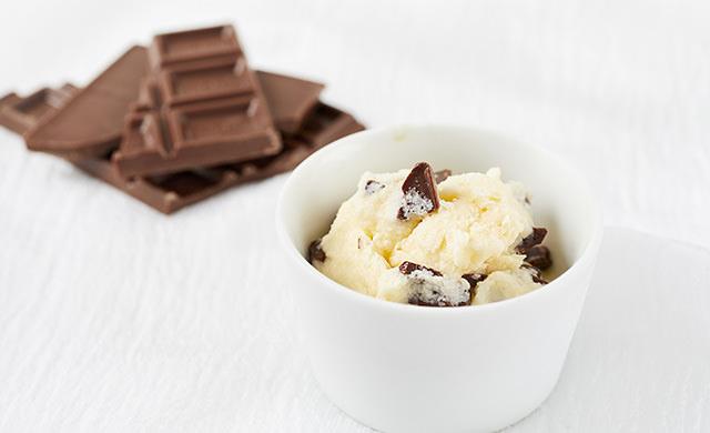 基本のバニラアイスに砕いたチョコが入っているアイスクリームと板チョコの写真