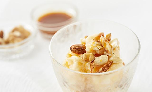 キャラメルナッツとミックスナッツを入れたフレーバーアイスの写真、手前にミックスナッツの写真