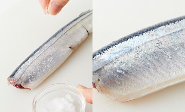 さんまに軽く塩を振って水気を出している写真(左)さんまに軽く塩を振って水気が表面に浮き上がってきている写真(右)