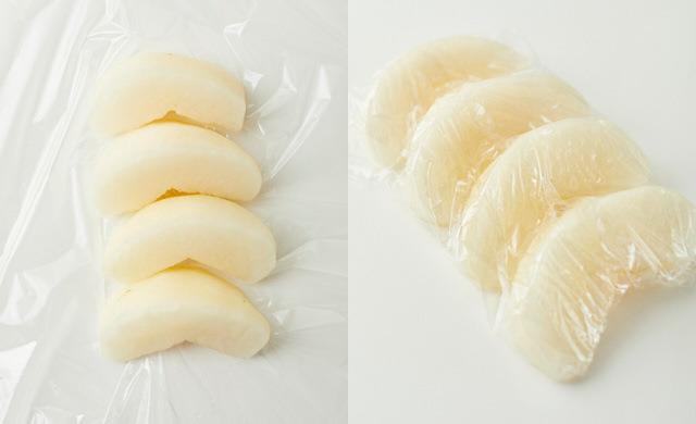8等分にカットして皮をむいた梨をラップの上にくっつけて並べている写真(左)ラップに並べた梨の切り口を覆うようにぴったりとラップで包んだ写真(右)