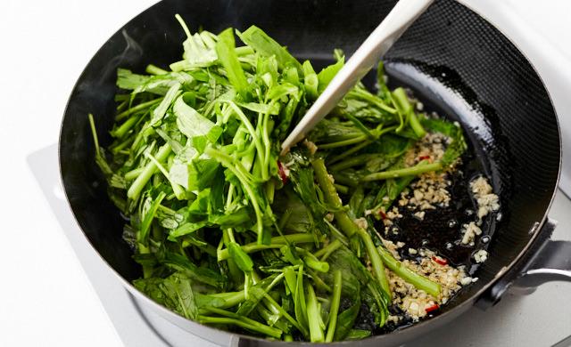 空芯菜を大きく炒め合わせているところ